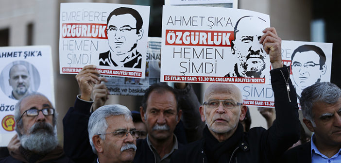 Journalists and protesters hold placards outside an Istanbul court on October 31, 2017, calling for the release of jailed colleagues, including Turkish reporter Ahmet Şık. Turkey is the worst jailer of journalists in 2017. (AP/Lefteris Pitarakis)